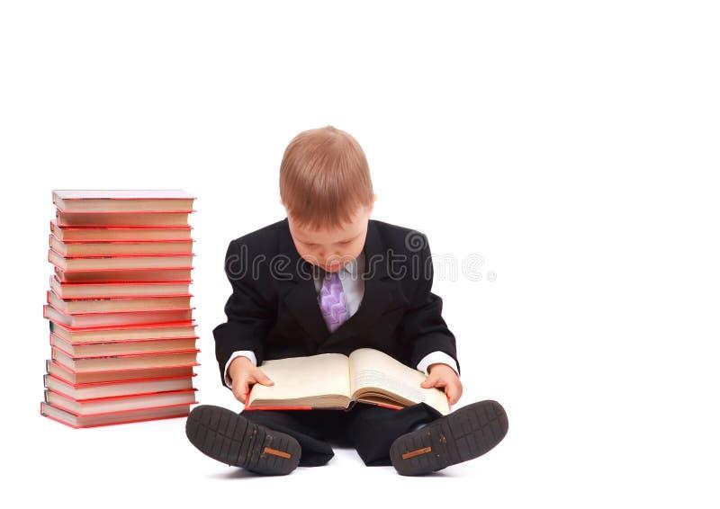Junger Junge mit Büchern lizenzfreies stockbild