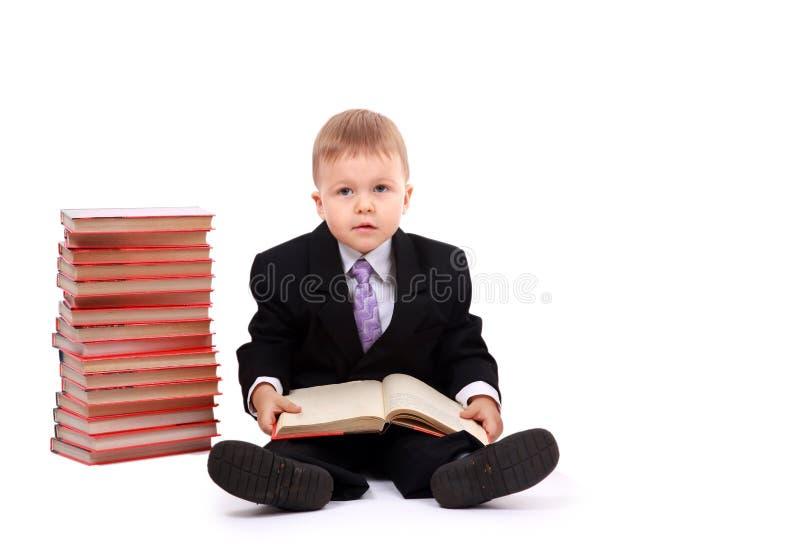 Junger Junge mit Büchern stockbild