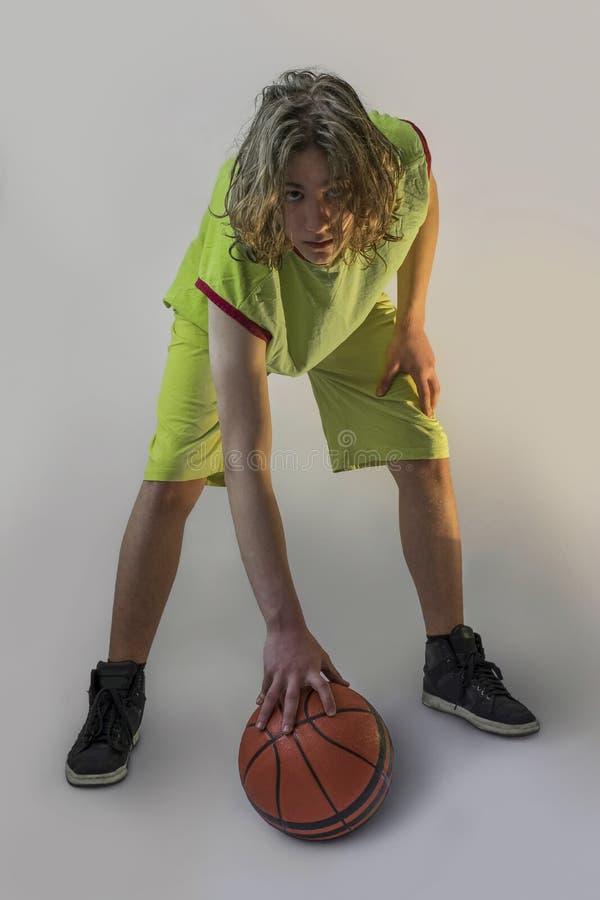Junger Junge mit Basketball stockfotos