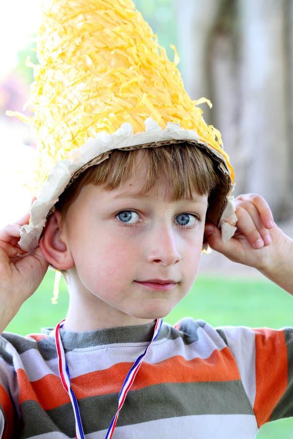 Junger Junge mit doof Hut stockfotografie