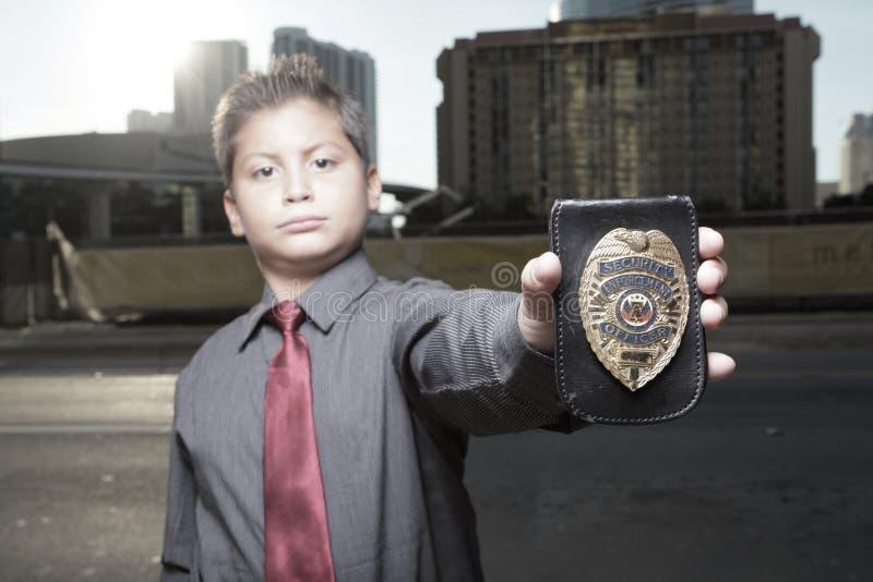 Junger Junge mit einem Abzeichen stockfotografie
