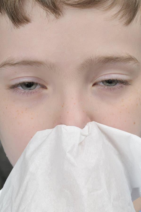 Junger Junge mit einer Kälte lizenzfreies stockbild