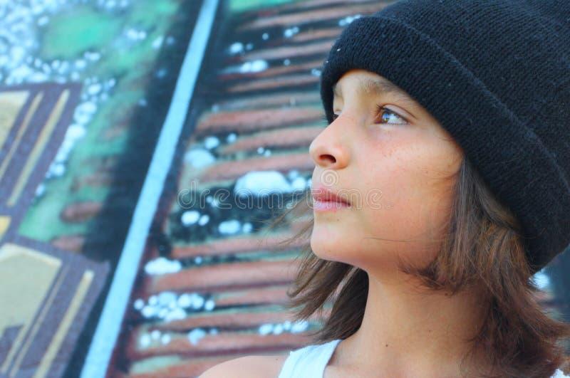 Junger Junge mit einer Schädel-Schutzkappe lizenzfreie stockfotos