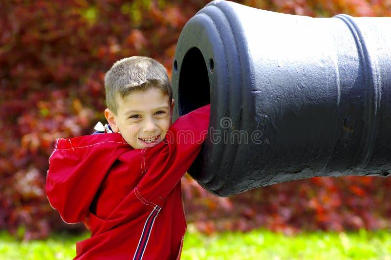 Junger Junge mit Hand in der Kanone lizenzfreie stockfotos