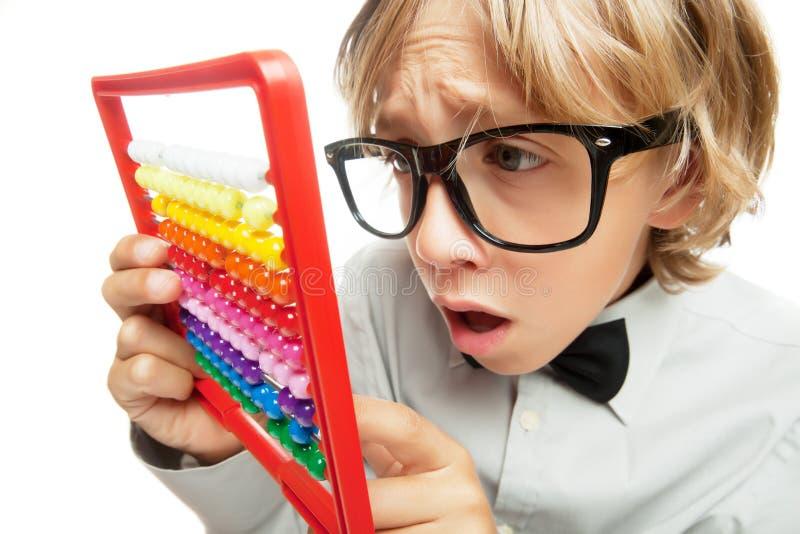 Junger Junge mit Rechenmaschinenspielzeugrechner stockfotografie