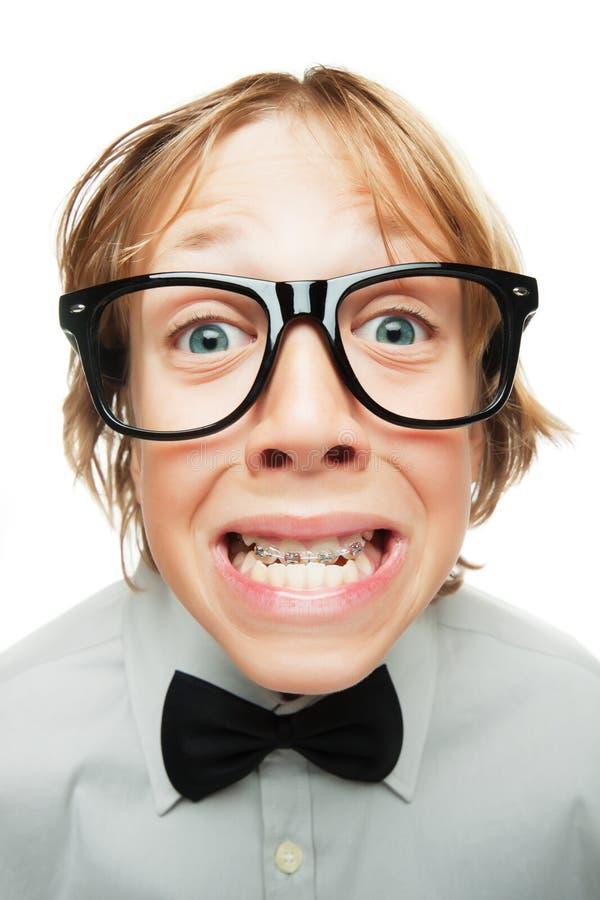 Junger Junge mit Zahnklammern stockbild