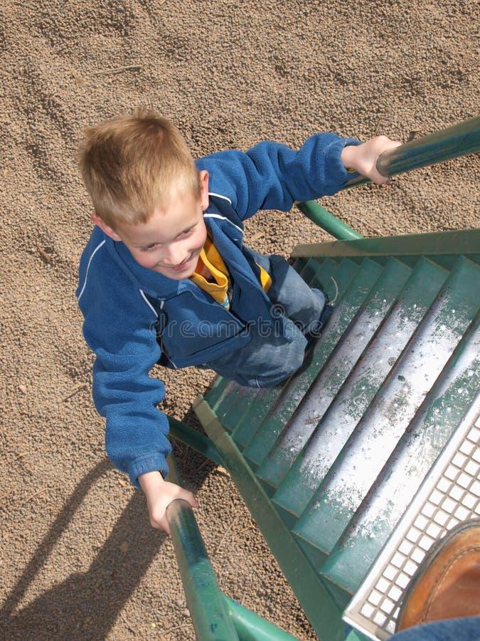 Junger Junge am Spielplatz lizenzfreie stockbilder