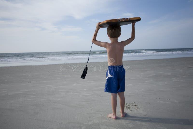 Junger Junge am Strand stockbild