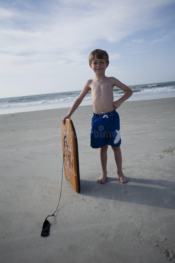 Junger Junge am Strand lizenzfreie stockfotos