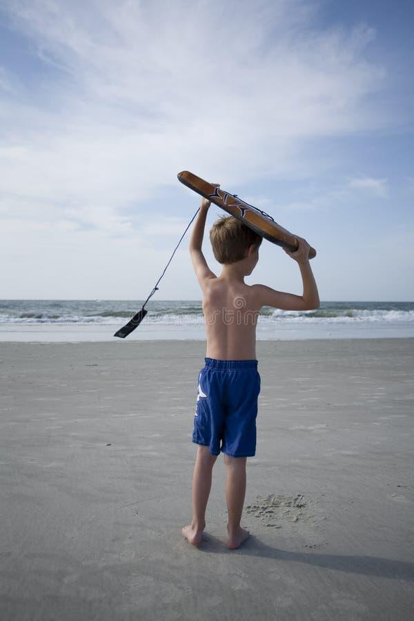 Junger Junge am Strand stockfoto