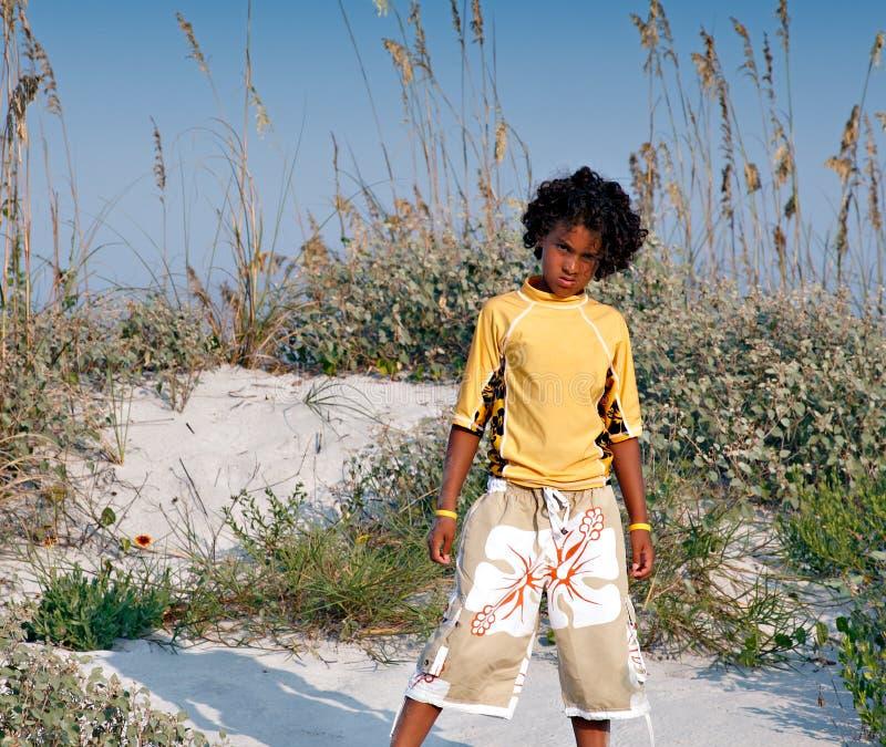 Junger Junge am Strand lizenzfreie stockbilder