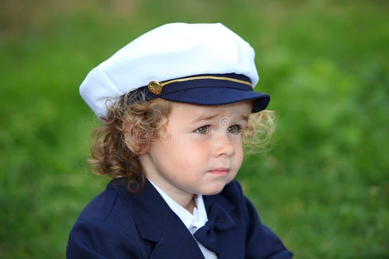 Junger Junge tragender Marine-Seemann-Hut stockbilder