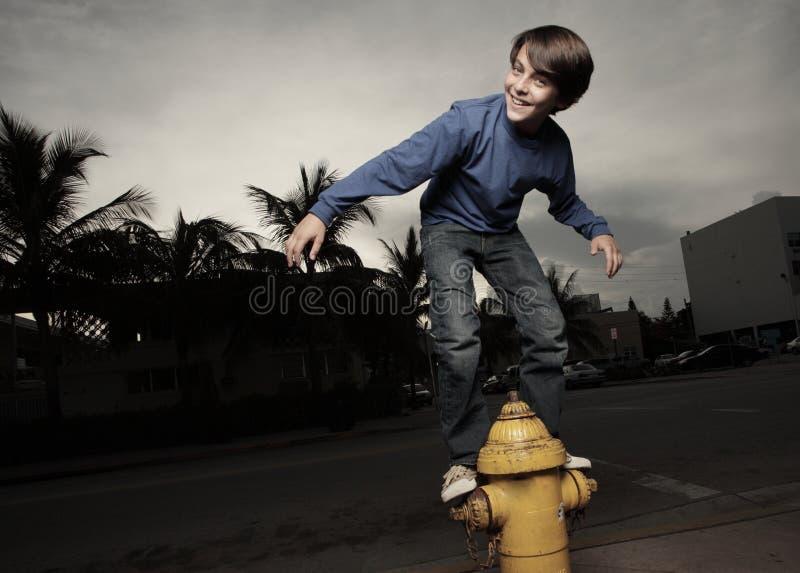Junger Junge und ein Feuerhydrant stockbilder