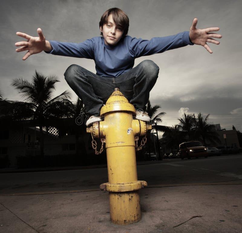 Junger Junge und ein Feuerhydrant lizenzfreie stockbilder