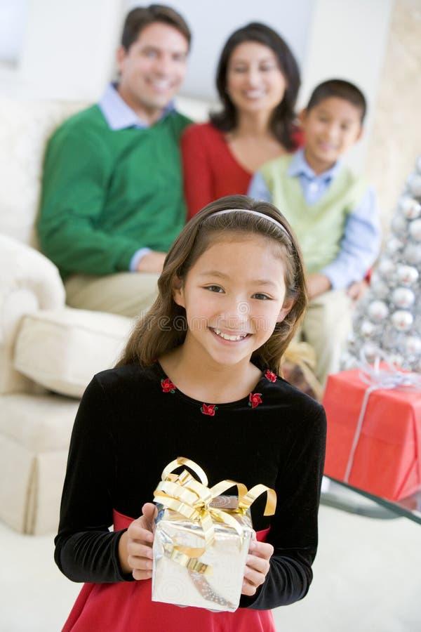 Junger Jungen-stehendes Holding-Weihnachtsgeschenk lizenzfreie stockfotos