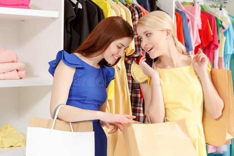 Junger Käufer spricht telefonisch lizenzfreie stockbilder