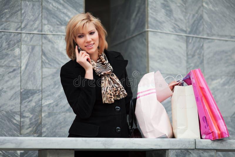 Junger Käufer am Telefon. stockfotografie