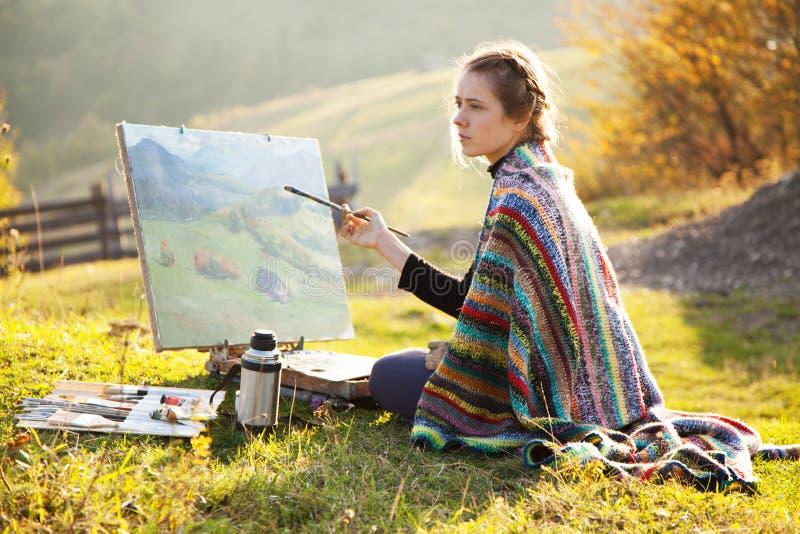 Junger Künstler, der eine Landschaft malt lizenzfreie stockfotografie