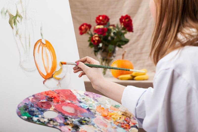 Junger Künstler, der eine Natur malt stockfotos