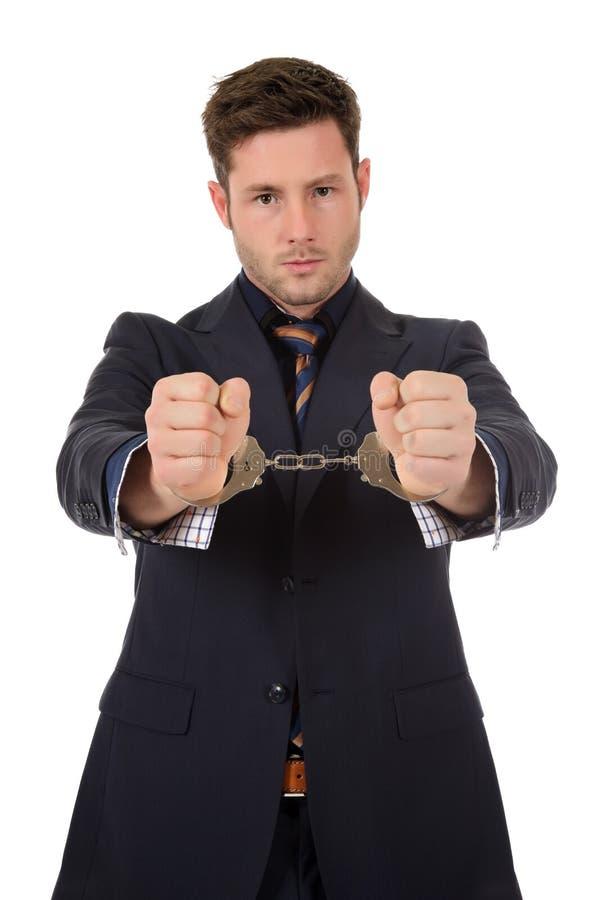 Junger kaukasischer Geschäftsmann in den Handschellen lizenzfreie stockbilder