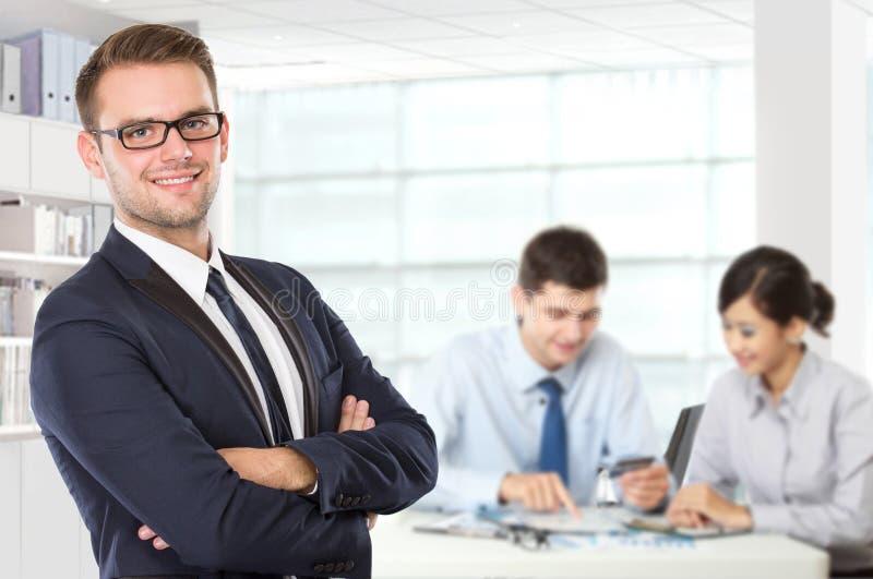 Junger kaukasischer Geschäftsmann, der mit seinem Kollegen hinten steht stockfoto