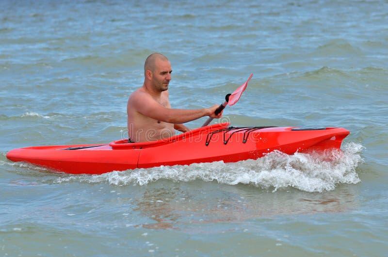 Junger kaukasischer Kayak fahrender Mann lizenzfreie stockbilder