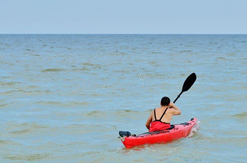 Junger kaukasischer Kayak fahrender Mann lizenzfreie stockfotos