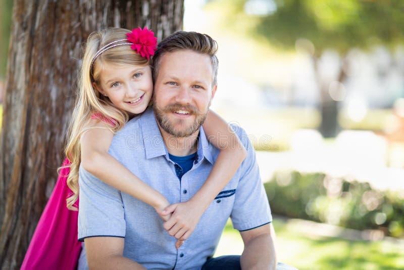 Junger kaukasischer Vater And Daughter Portrait am Park stockfotografie