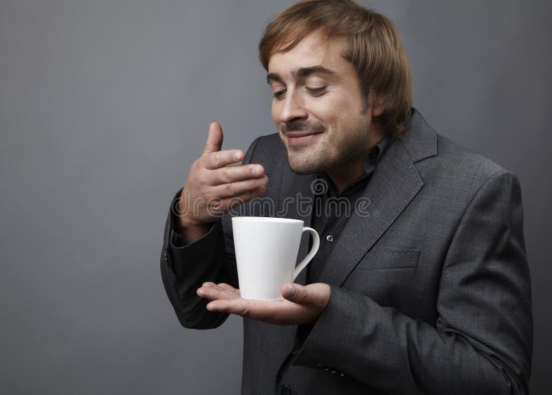 Junger Kerl, der einen Tasse Kaffee hat stockfotos