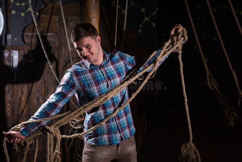 Junger Kerl gab von der Gefangenschaft und vom Vorwählen von den Seilen frei lizenzfreie stockfotos