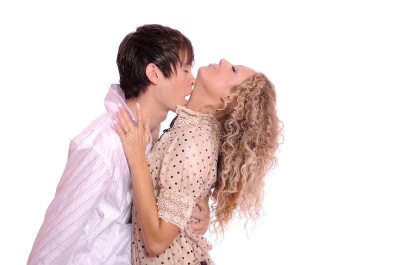 Junger Kerl küßt das schöne Mädchen stockfoto