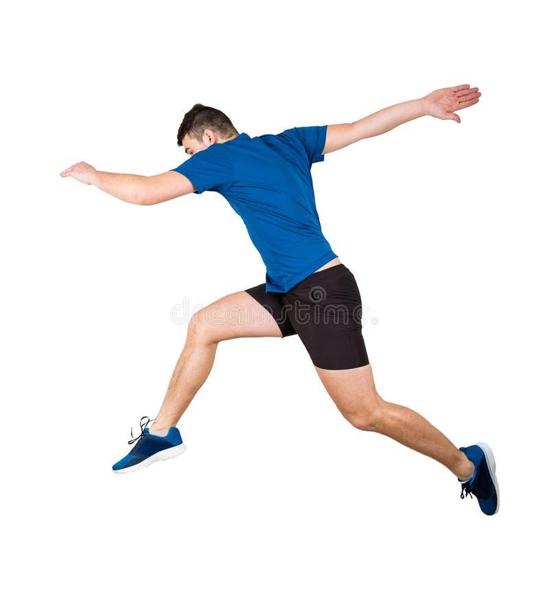 Junger Kerlläufer in der Sportkleidung macht Sprint für Sprung über dem Abgrund, der über Weiß lokalisiert wird lizenzfreie stockfotos