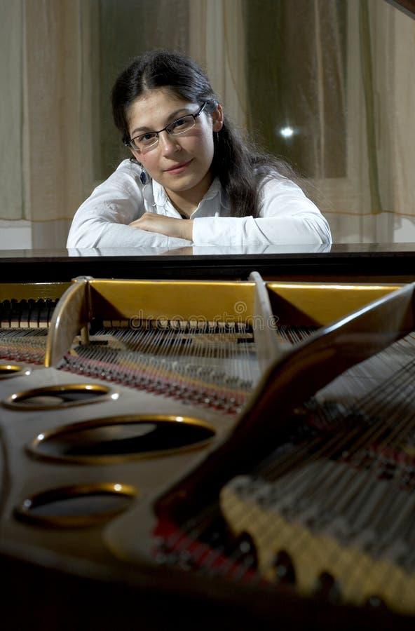 Junger Klavier-Lehrer stockfotos