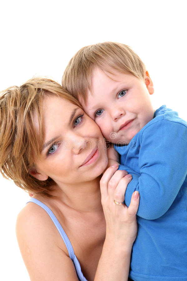 Junger kleiner Sohn, der seine junge Mutter umfaßt stockfotografie