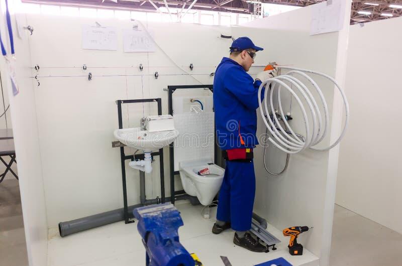 Junger Klempner Installiert Ausrüstung Für Badezimmer Redaktionelles ...