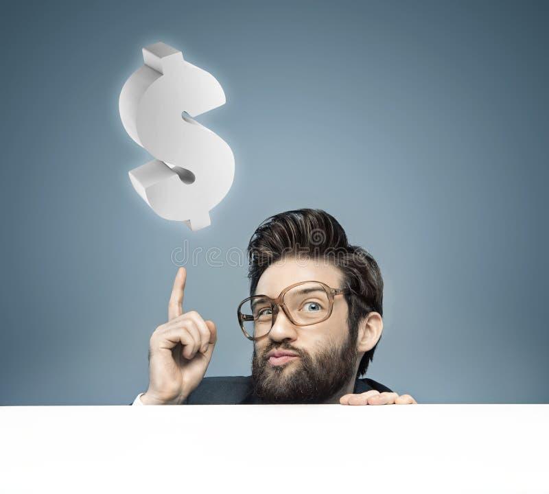 Junger kluger Geschäftsmann, der Geld aufbringt lizenzfreie stockbilder