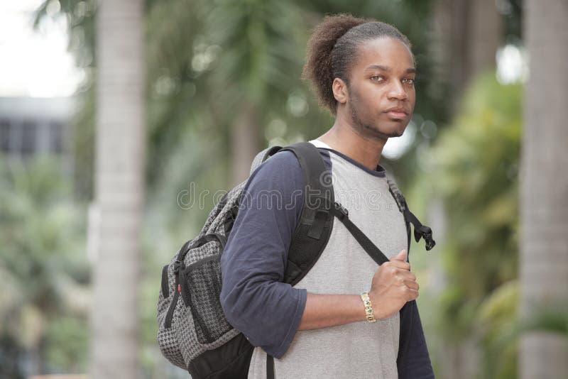 Junger Kursteilnehmer draußen stockfoto