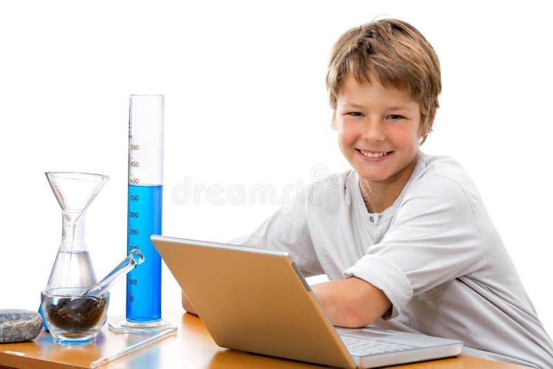 Junger Kursteilnehmer mit Laborausrüstung. lizenzfreie stockbilder