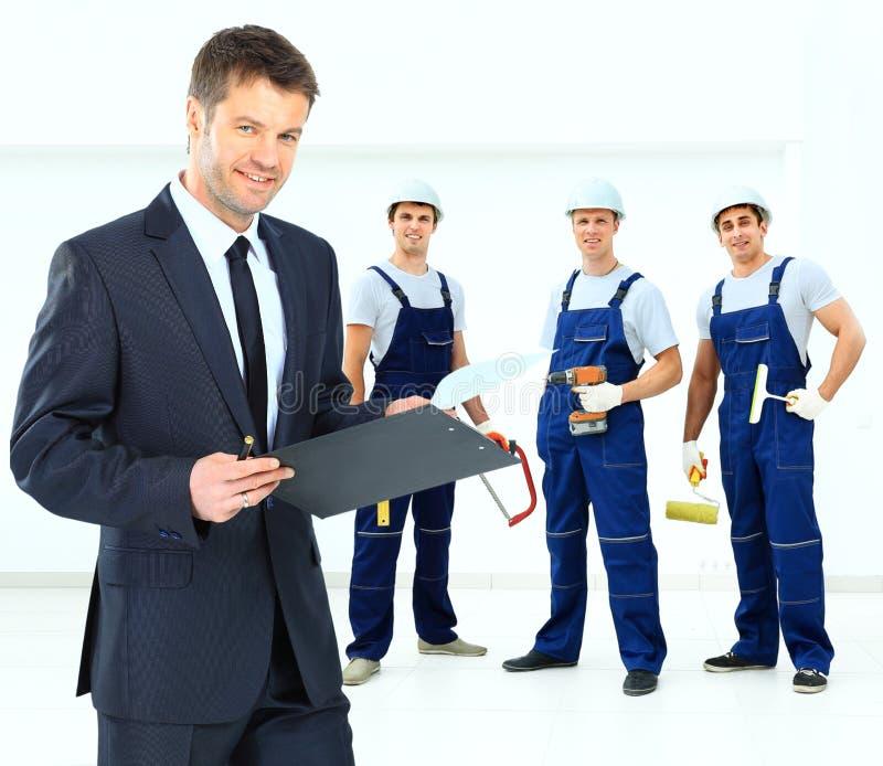 Junger lächelnder Inhaber auf dem Hintergrund lizenzfreies stockfoto