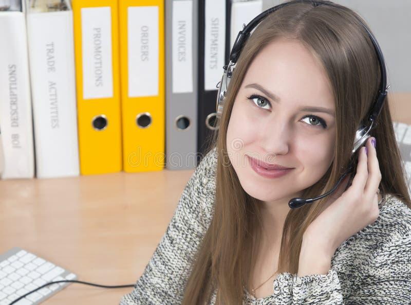 Junger lächelnder Kundenbetreuungsbetreiber stockfotos