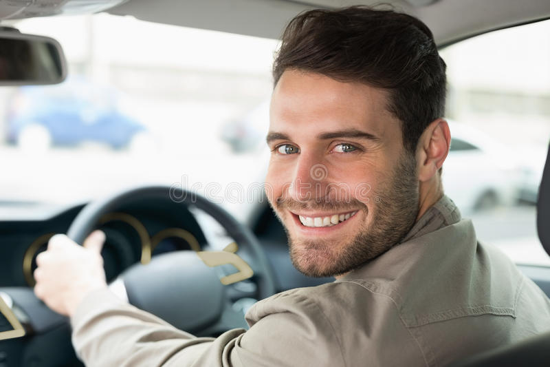 Junger lächelnder Mann beim Fahren lizenzfreie stockbilder