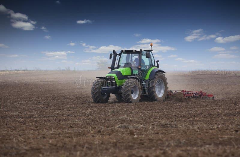 Junger Landwirt im Traktor lizenzfreies stockfoto