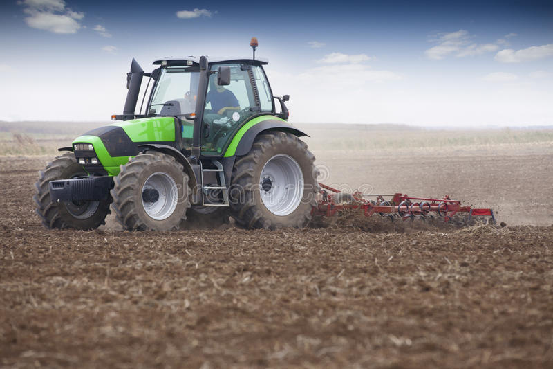 Junger Landwirt im Traktor stockbild