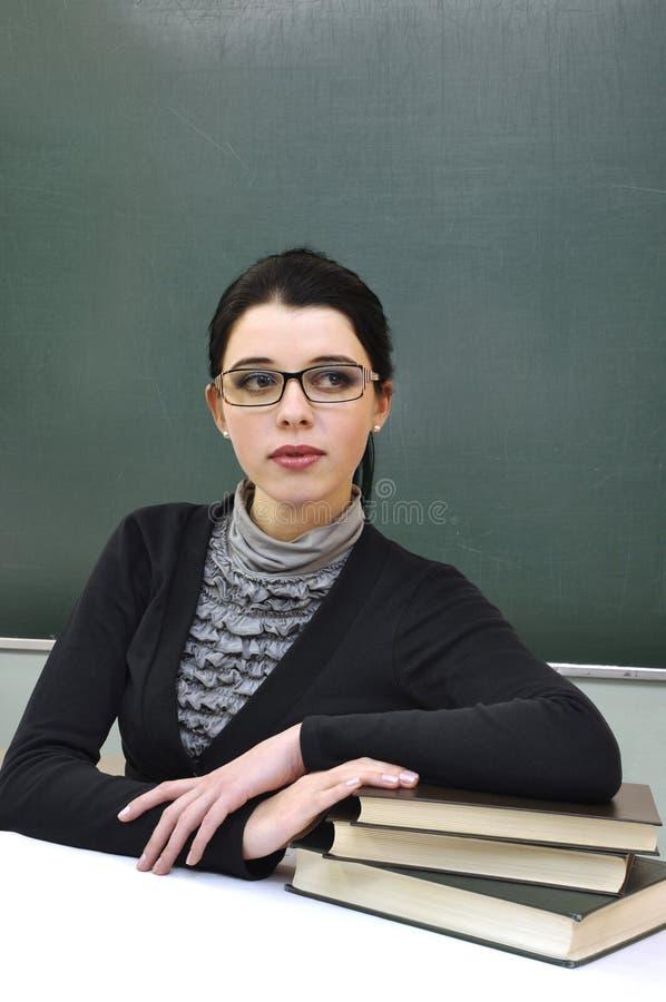 Junger Lehrer auf dem Tafelhintergrund stockbilder