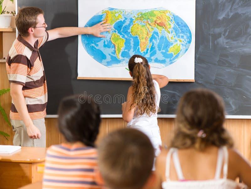 Junger Lehrer an der Geografielektion lizenzfreie stockbilder