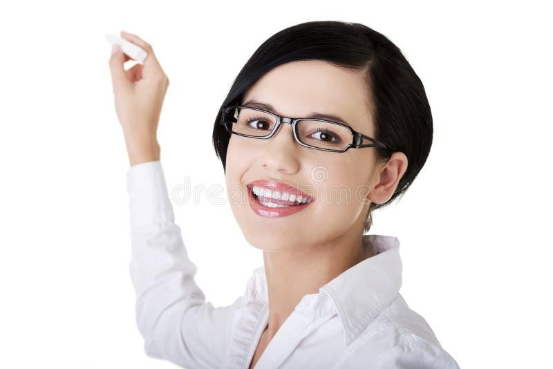 Junger Lehrer oder Kursteilnehmer mit Kreide in der Hand lizenzfreie stockfotografie