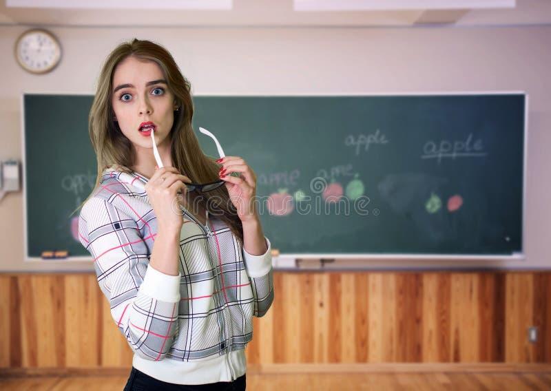 Junger Lehrer vor einer Tafel stockfotos