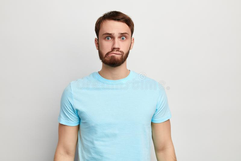 Junger lustiger Mann im stilvollen T-Shirt auf blauem Hintergrund lizenzfreies stockbild