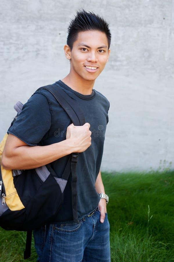 Junger männlicher asiatischer Kursteilnehmer stockfotos