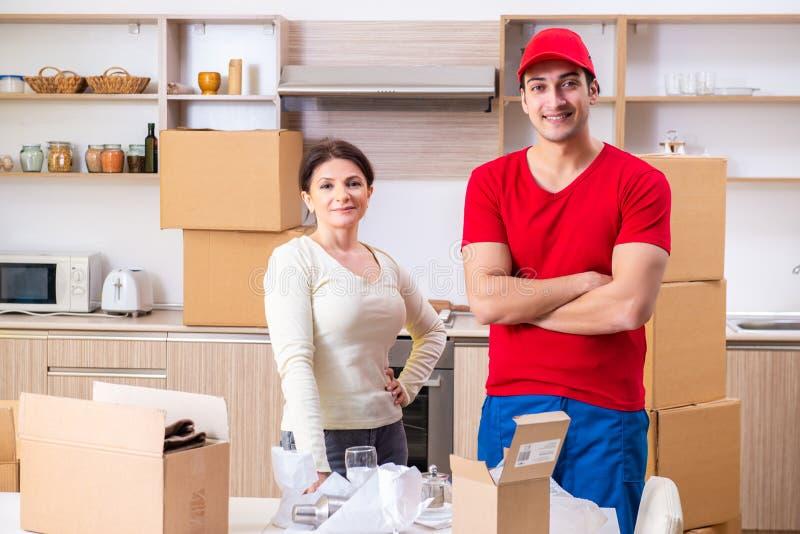 Junger männlicher Auftragnehmer und weiblicher Kunde in beweglichem Konzept lizenzfreie stockbilder